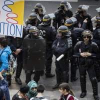 Η Γαλλία συγκλονίζεται και πάλι από μεγάλους εργατικούς και φοιτητικούς αγώνες!